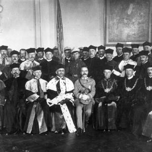 W maju 1921 r. nadano pierwsze doktoraty honoris causa. Pierwszym, którego uhonorowano tą najwyższą godnością akademicką był Józef Piłsudski. Na ilustracji: Pamiątkowa fotografia po uroczystości nadania honorowego doktoratu, 2 maja 1921 r., zbiory Muzeum UW.