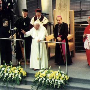 11 czerwca 1999 r. odbyła się uroczystość poświęcenia przez papieża Jana Pawła II nowego gmachu Biblioteki Uniwersyteckiej w Warszawie. Gospodarzami byli prof. Włodzimierz Siwiński, rektor UW i prof. Piotr Węgleński, rektor-elekt.