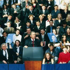 15 czerwca 2001 r. w głównym holu nowo powstałej Biblioteki Uniwersyteckiej na Powiślu, prezydent USA, George W. Bush, wygłosił przemówienie do społeczności UW i mieszkańców Warszawy. Było to jedno z najważniejszych wystąpień wygłoszonych w czasie jego podróży po Europie. W trakcie ostatniej dekady uczelnię odwiedzali również inni zagraniczni politycy. W 2005 roku prezydent Ukrainy, Wiktor Juszczenko; dwa lata później kanclerz Niemiec, Angela Merkel; a w 2011 roku książę Norwegii Haakon.