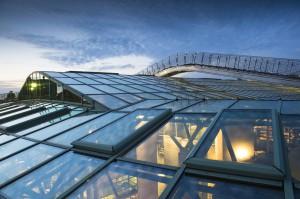Autorzy projektu BUW w niezwykle efektowny sposób połączyli materiały, z których wykonany jest budynek – tafle szkła, elementy metalowe oraz surowe betonowe płyty. Dominującym kolorem elewacji i wnętrz jest zieleń, dla której doskonałym tłem pozostają odcienie szarości.