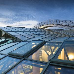Autorzy projektu BUW w niezwykle efektowny sposób połączyli materiały, z których wykonany jest budynek – tafle szkła, elementy metalowe oraz surowe betonowe płyty.  Dominującym kolorem elewacji i wnętrz jest zieleń, dla której doskonałym tłem pozostają odcienie szarości. fot. M. Kaźmierczak
