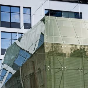 Dziedziniec Centrum Nauk Biologiczno-Chemicznych skrywa zielonkawą bryłę o nieregularnych kształtach, zbudowaną z tafli szkła, w której mieści się aula. fot. M. Kaźmierczak