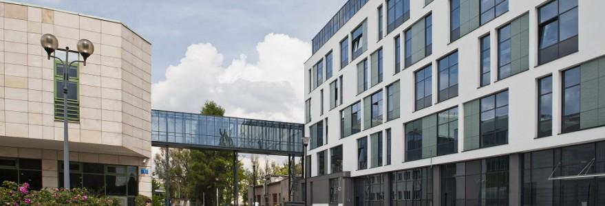 Pierwszym, otwartym na Ochocie nowym budynkiem jest Centrum Nauk Biologiczno-Chemicznych. Na razie gotowa jest ta część budynku, która sąsiaduje z Wydziałem Biologii. Drugi etap będzie nadwieszony nad gmachem Chemii. fot. M. Kaźmierczak