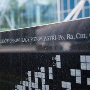 Przed buCentrum Nowych Technologii, fot. M. Kaźmierczakdynkiem Centrum Nowych Technologii stoi pięć czarnych, kamiennych prostokątów. Na obeliskach wyryto formuły oraz rysunki charakterystyczne dla dziedzin, które odrywać będą w codziennej działalności centrum główną rolę – a więc matematyki, fizyki, chemii i biologii. fot. M. Kaźmierczak