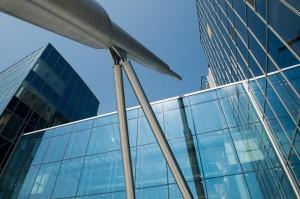 Dwie fale połączone przestronnym szklanym atrium – taki kształt nadali projektanci Centrum Nowych Technologii. Z pozoru prosty budynek przykuwa uwagę kilkoma odważnymi detalami. Falisty plan zewnętrznych elewacji powtórzony jest także we wnętrzach budynku. Na placu przed głównym wejściem dominuje strzelista, srebrna iglica. fot. M. Kaźmierczak