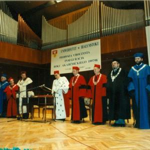 W czerwcu 1997 r., po 29 latach wspólnego istnienia, z dotychczasowej białostockiej filii UW, wyodrębnił się nowy Uniwersytet w Białymstoku. Dziś jest to największa uczelnia na wschodzie Polski, w której kształci się ok. 17 tysięcy studentów. Fotografia ze zbiorów Uniwersytetu w Białymstoku.