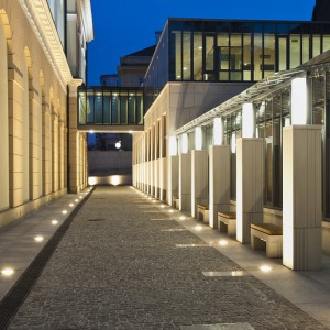 Starannie zaprojektowany teren wokół budynku Wydziału Historycznego, łączący zieleń z elementami architektonicznymi, stał się miejscem spotkań studentów. Fot. M. Kaźmierczak.