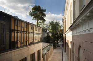 """Zwiedzających kampus zaskoczyć może budynek usytuowany na tyłach Gmachu Pomuzealnego. Całość wykonana jest z jasnoszarego granitu, jasnobeżowego piaskowca oraz ciemnografitowej stali. Stonowana kolorystyka płynnie łączy się z otoczeniem, forma nie pozwala jednak zapomnieć, że mamy do czynienia z """"najmłodszym"""" budynkiem na zabytkowym terenie. Budynek Wydziału Historycznego otwarto w 2011 roku. Fot. M. Kaźmierczak."""
