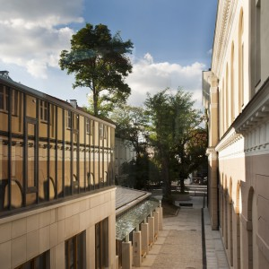 """Zwiedzających kampus zaskoczyć może budynek usytuowany na tyłach Gmachu Pomuzealnego. Całość wykonana jest z jasnoszarego granitu, jasnobeżowego piaskowca oraz ciemnografitowej stali. Stonowana kolorystyka płynnie łączy się z otoczeniem, forma nie pozwala jednak zapomnieć, że mamy do czynienia z """"najmłodszym"""" budynkiem na kampusie. Budynek Wydziału Historycznego otwarto w 2011 roku. fot. M. Kaźmierczak"""