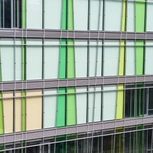 Budynek powstał na trasie łączącej Bibliotekę Uniwersytecką z zabytkowym terenem Uniwersytetu przy Krakowskim Przedmieściu. Został tak usytuowany, by stanowił ich naturalne połączenie. – Potok studentów wędrujących Oboźną i skarpą może płynąć naszym budynkiem – tłumaczą swą koncepcję projektanci. fot. M. Kaźmierczak