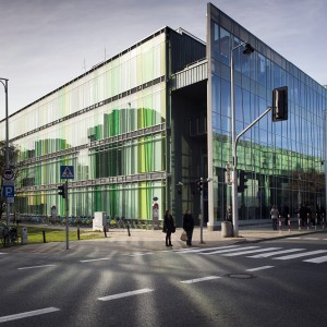 Nieregularna szachownica w różnych odcieniach żółci i zieleni ozdabia elewację nowego sąsiada Biblioteki Uniwersyteckiej – budynku wydziałów lingwistycznych. Elewacja budynku od ul. Lipowej powstała z dwóch warstw różnokolorowego szkła. Z kolei ściana północna obłożona jest z zewnątrz blachą miedzianą patynowaną z kolorowymi akcentami.  fot. M. Kaźmierczak