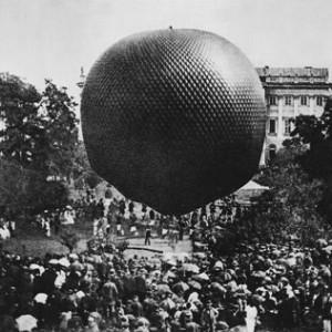Wielką sensację wywołał zaplanowany przez Wydział Matematyczno-Przyrodniczy start z dziedzińca uniwersyteckiego balonu z czteroosobową załogą. Eksperyment udał się znakomicie i po kilku godzinach aeronauci wylądowali w okolicach Małkini. Na ilustracji: Moment startu balonu, zbiory Muzeum UW.