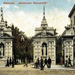 Brama Uniwersytetu Warszawskiego ta, którą wszyscy znamy, stanęła na miejscu swojej poprzedniczki z czasów Augusta II. W 1909 r. wybrano architekta – Stefana Szyllera, tego samego, który wcześniej zaprojektował gmach Biblioteki Uniwersyteckiej. Bardzo prawdopodobne, że zamierzeniem zamawiających oraz architekta było ukończenie bramy na inaugurację roku akademickiego 1910/1911, jednak część robót wykończeniowych przeniesiono na 1911 rok. Na ilustracji: Fotografia Bramy Głównej UW z 1911 r., zbiory prof. Lecha Królikowskiego.