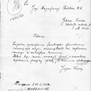 """Po dziesięciu latach funkcjonowania w II Rzeczpospolitej, na UW studiowało prawie 10 tysięcy studentów. Wśród nich nie brakowało sławnych później osób. Jednym z nich był Julian Tuwim. Poeta studiował na UW w latach 1915-1918, ale przerwał studia. Próbował je dokończyć w 1929 r. i, jak napisał w podaniu z tego roku, spóźnił się z opłaceniem czesnego z powodu: """"zupełnego wyczerpania funduszów, spowodowanych śmiercią ojca"""", zbiory Archiwum UW."""