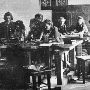 W czasie okupacji hitlerowskiej wyższe nauczanie zostało zabronione, a teren uczelni został zajęty przez okupantów. Wśród środowiska funkcjonował jednak silny ruch oporu, dzięki któremu powstała rozbudowana struktura tajnego nauczania. W 1944 roku w zajęciach uczestniczyło ok. 300 pracowników naukowych i 3500 studentów. Na ilustracji: Tajne nauczanie w pracowni fizycznej przy ul. Nowogrodzkiej, zbiory Muzeum Niepodległości.