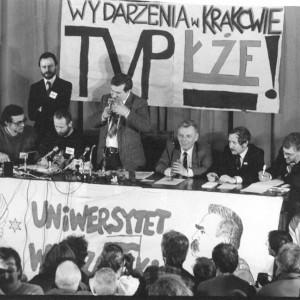 """W 1989 r. Lecha Wałęsa przyjechał z oficjalną wizytą na UW na dwa miesiące przed wyborami 4 czerwca. W auli im. Adama Mickiewicza zebrał się tłum zwolenników """"Solidarności"""". Na ilustracji: Po lewej stronie Lecha Wałęsy siedział prof. Grzegorz Białkowski, rektor UW, zbiory Muzeum UW."""