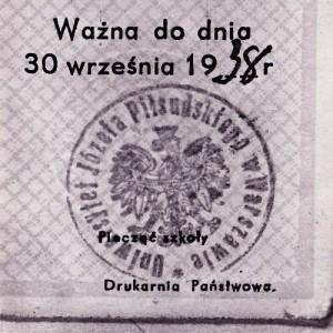 W maju 1935 r. zmarł Józef Piłsudski. Miesiąc po jego śmierci uczelnia zaproponowała uhonorowanie wielkiego bohatera, nadając w sierpniu 1935 r. uczelni nową nazwę – Uniwersytet Józefa Piłsudskiego. Na ilustracji: Pieczęć uczelni używana w latach 1935-1939, zbiory Muzeum UW.