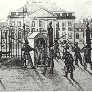 Niezadowolenie z sytuacji politycznej Królestwa Polskiego spowodowało wybuch powstania listopadowego, w którym masowy udział wzięli studenci i pracownicy Uniwersytetu, tworząc nawet paramilitarną siłę – Gwardię Honorową. Klęska niepodległościowego zrywu przesądziła o zamknięciu uczelni. Zaledwie piętnaście lat po utworzeniu Uniwersytet przestał istnieć, a rok później większość jego zbiorów wywieziono do Petersburga. Na ilustracji: Atak podchorążych na Belweder, siedzibę Wielkiego Księcia Konstantego, sprawującego władzę w imieniu cara, akwaforta, 1831 r.