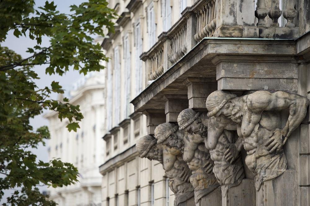 Atlanty wspierające balkon Pałacu Tyszkiewiczów-Potockich, zostały wykonane przez królewskiego rzeźbiarza André Le Brun, przy współpracy z Giacomo Contierim. Fot. M. Kaźmierczak.