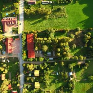 Te trzy połączone ze sobą budynki z czerwoną dachówką to Białowieska Stacja Geobotaniczna. Fot. K. Trela