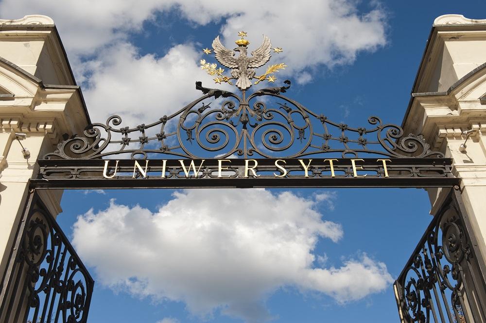 Brama Uniwersytecka jest jednym z najbardziej rozpoznawalnych symboli Uniwersytetu Warszawskiego. Jej zwieńczeniem jest godło uczelni, przedstawiające orła z gałązkami wawrzynu i palmy w szponach, otoczonego pięcioma gwiazdami symbolizującymi pięć pierwszych wydziałów. Fot. M. Kaźmierczak.