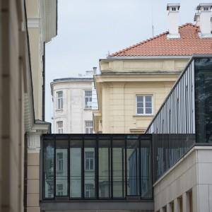 """To """"najmłodszy"""" budynek na zabytkowym terenie UW, jego budowa zakończyła się w drugiej połowie 2011 r. Na wysokości pierwszego piętra jest połączony przeszklonym łącznikiem z budynkiem Wydziału Historycznego. Fot. M. Kaźmierczak"""