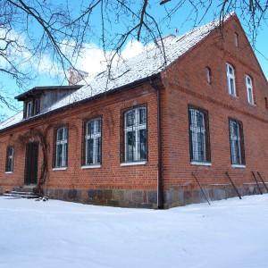 Ten budynek sięga swoją historią roku 1886 – czasów kiedy Prusacy zbudowali na tym terenie sieć szkół podstawowych, w tym siedzibę stacji. W 1985 r. budynek przekazano na potrzeby uczelni. Fot. A. Mitura