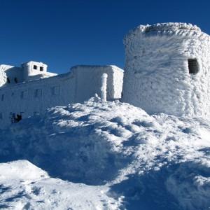 Na górze Pop Iwan na Ukrainie, gdzie odbudowywane jest dawne Obserwatorium Astronomiczne UW, zima trwa nawet 150 dni, a pokrywa śnieżna przekracza metr. Fot. J. Łukaszuk