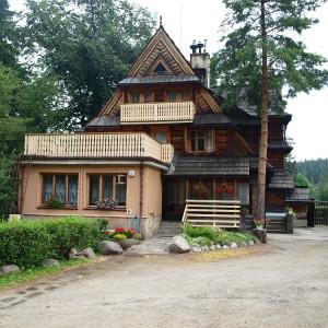 Ośrodek wypoczynkowy Kiry w Zakopanym to typowa górska chata. Zbudowany z drewna dom znajduje się u wylotu Doliny Kościeliskiej. Jednocześnie wypoczywać w nim może 18 osób. Fot. A. Mitura