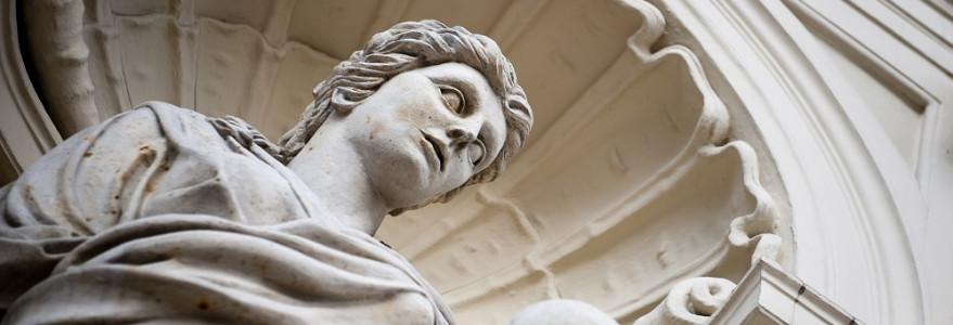 Wchodząc na teren Uniwersytetu dostajemy się pod opiekę Uranii i Ateny – bogiń mądrości, opiekunek wiedzy o wszechświecie. Fot. M. Kaźmierczak.