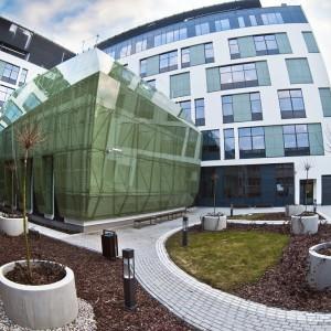 Budynek ma sześć kondygnacji. Bryła dobrze komponuje się z Wydziałem Biologii, bo wykonana została w podobnej kolorystyce. Białą elewację zdobią zielone elementy wykonane ze szkła. Fot. M. Kaźmierczak