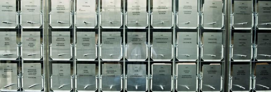 Katalog zbiorów bibliotecznych znajdujących się w Bibliotece Uniwersyteckiej na Powiślu. Choć coraz częściej zastępowany jest przez ten cyfrowy, nadal cieszy się popularnością wśród miłośników książek, którzy wolą tradycyjny sposób ich wyszukiwania. Fot. M. Kaźmierczak.