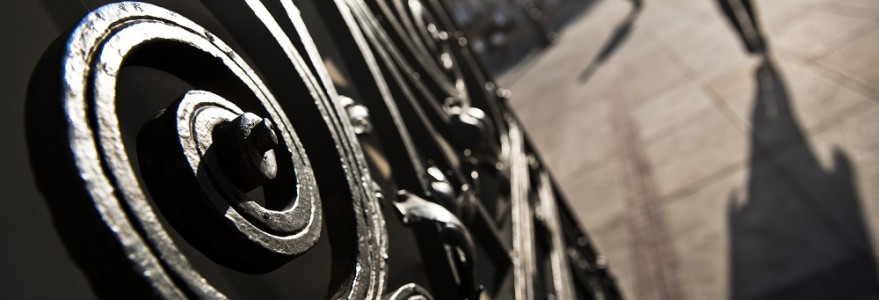 Fragment bogato zdobionej Bramy Uniwersyteckiej, która jest jednym z najbardziej rozpoznawalnych symboli Uniwersytetu Warszawskiego, na trwałe wpisującego się w zabytkowy charakter Krakowskiego Przedmieścia. Fot. M. Kaźmierczak.