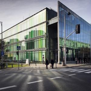 10 kwietnia 2016 r. rozstrzygnięto konkurs na projekt architektoniczny nowej siedziby wydziałów lingwistycznych, która stoi już przy ul. Dobrej 55 naprzeciwko Biblioteki Uniwersyteckiej. Chociaż projekt powstał w 2006 roku, na rozpoczęcie budowy trzeba było poczekać, do momentu znalezienia źródła finansowania. Połowę kwoty udało się pozyskać z funduszy Unii Europejskiej, z programu przeznaczonego na rozwój województwa mazowieckiego. Wsparcia udzieliła też Fundacja Uniwersytetu Warszawskiego. Koszt pierwszego etapu to ok. 66 mln zł. Studenci i pracownicy wydziałów Lingwistyki Stosowanej oraz Neofilologii korzystają z niego od 2012 roku. Trwa budowa II etapu.
