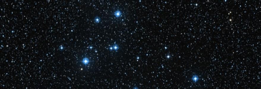 """Fot. Gromada otwarta Messier 39 w gwiazdozbiorze Łabędzia. """"Personal Space"""" umożliwia podglądanie nieba nad naszymi głowami. Źródło: GLORIA"""