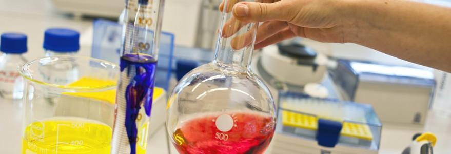 Badania prowadzone w jednym z laboratoriów należących do Centrum Nowych Technologii. Fot. M. Kaźmierczak