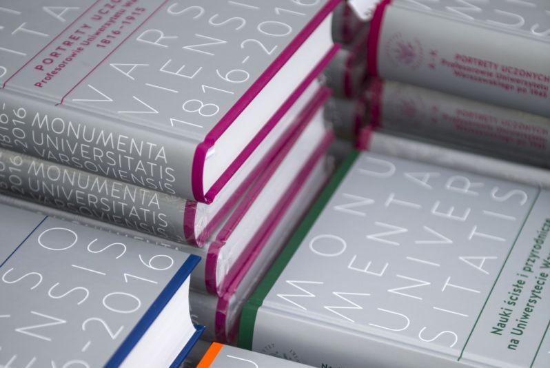 "Zdjęcie książek z serii ""Monumenta Universitatis Varsoviensis"""