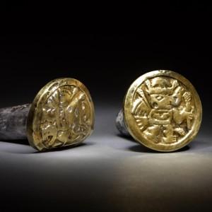 Bogato zdobione ozdoby uszu jednej z arystokratek imperium Wari. Peruwiańskie złoto było najczęściej stopem złota ze srebrem.