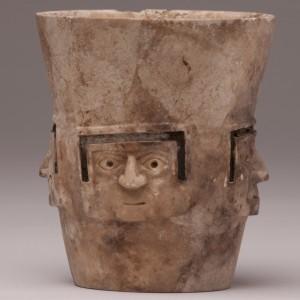 Naczynie, przedstawiające wyrzeźbione cztery oblicza ludzkie wykonane z rzeźbionego i szlifowanego kamienia. Fot. M. Giersz