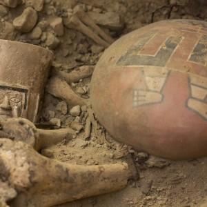 W grobowcu z Castillo de Huarmey odnaleziono ponad 50 szkieletów. Kobiety (w większości w mauzoleum złożono ciała kobiet) pochowano z drogocennymi przedmiotami, co świadczy o ich wysokim statusie społecznym.