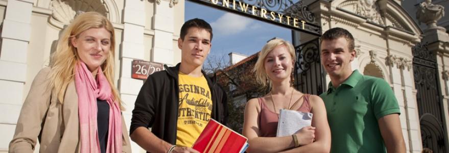 Studenci przed bramą UW, fot. M. Kaźmierczak