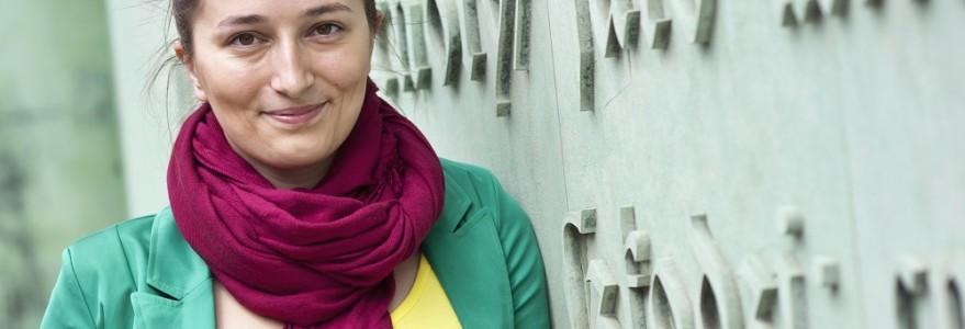 Studentka przed Biblioteką Uniwersytecką, fot. M. Kaźmierczak