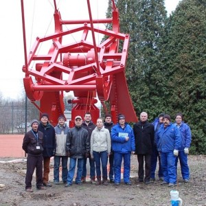 Zespół inżynierów i naukowców przed prototypem małego teleskopu Czerenkowa SST-1M. Źródło: IFJ PAN / CTA Polska