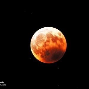 Całkowite zaćmienie Księżyca zaobserwowane z Wysp Kanaryjskich w roku 2003. Źródło: J.C. Casado / starryearth.com