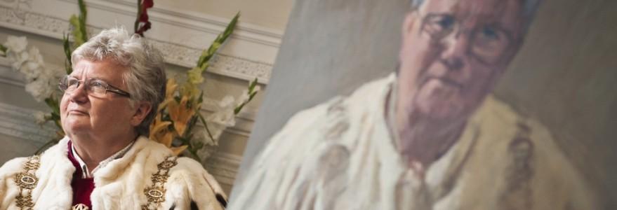 prof. Katarzyna Chałasińska-Macukow, rektor UW w latach 2005-2012, podczas malowania portretu, fot. M. Kaźmierczak