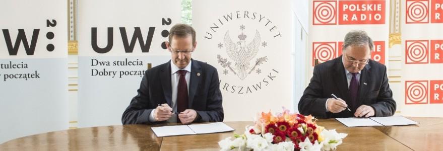 Prof. Marcin Pałys, rektor UW oraz Andrzej Siezieniewski, prezes Polskiego Radia podczas podpisania umowy o patronacie medialnym PR na 200-lecie UW - zdjęcie.