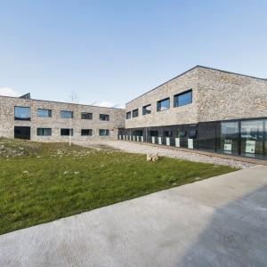 ECEG tworzy pięć budynków o podobnej wielkości i wysokości, które połączone są ze sobą przeszklonym korytarzem.