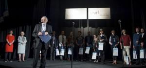 Laureaci Jubileuszowego Konkursu Fotografii Naukowej, na pierwsyzm planie Andrzej Zygmuntowicz, kustosz wystawy.
