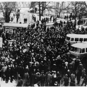 """Protesty związane z działalnością cenzury wobec Mickiewiczowskich """"Dziadów"""" zaktywizowały opozycję demokratyczną na Uniwersytecie. 8 marca 1968 r. na dziedzińcu głównym UW odbyła się pierwsza demonstracja, której uczestnicy zażądali swobody nauczania i wolności słowa. Dało to początek marcowym wystąpieniom studenckim w całej Polsce, które były tłumione przez milicję i organy bezpieczeństwa. Na ilustracji: Studencka demonstracja na UW, 8 marca 1968 r. Fotografia Krzysztofa Wojciewskiego, zbiory Muzeum UW."""