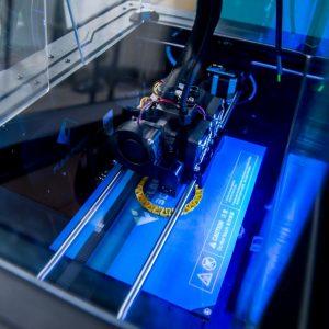 Jednym z urządzeń, z których mogą korzystać studenci, jest drukarka 3D.